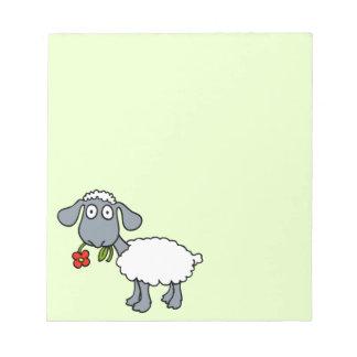 Cordero lindo de las ovejas blancas con la flor bloc de papel