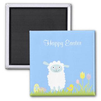 Cordero lindo de Pascua con el imán de los huevos