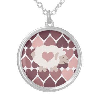 Cordero lindo y corazones rosados colgante redondo
