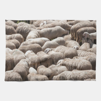 corderos y ovejas en la multitud en las montañas toalla de cocina