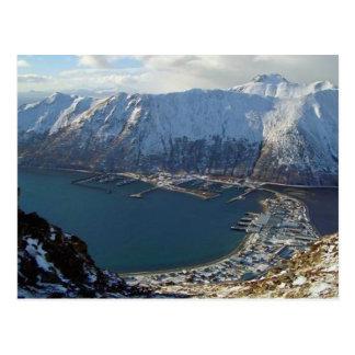 Cordillera y ciudad de Alaska abajo Tarjetas Postales
