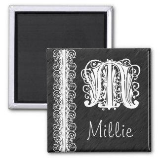 Cordón blanco del monograma de Millie M en el imán