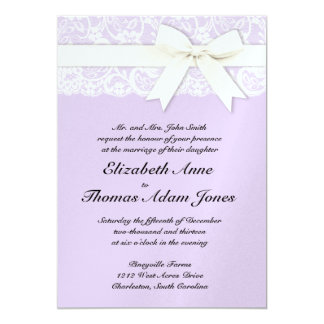Cordón blanco en la invitación del boda de la lila