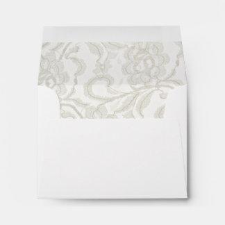 Cordón blanco que casa el sobre de la tarjeta de l