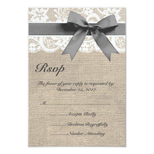 Cordón blanco y arpillera que casan la tarjeta de comunicados personalizados