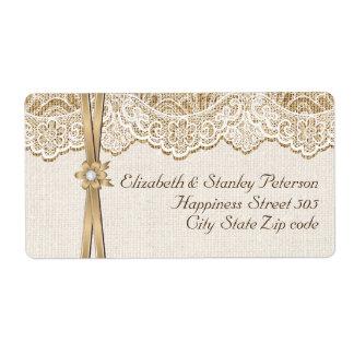 Cordón, cinta y flor blancos en el boda de la etiqueta de envío