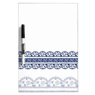 Cordón complejo del azul real en blanco tableros blancos