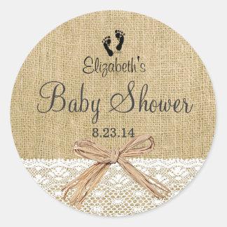 Cordón de la arpillera y favor de la ducha de bebé pegatina redonda