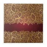 Cordón de oro de la hoja en fondo rojo azulejo