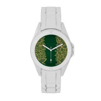 Cordón de oro de la hoja en fondo verde relojes de mano
