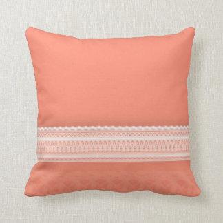 Cordón delicado contra coral vibrante almohadas