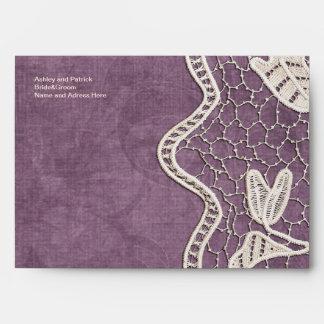Cordón en el sobre violeta del fondo