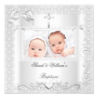 """Cordón gemelo del blanco del bautizo del muchacho invitación 5.25"""" x 5.25"""""""