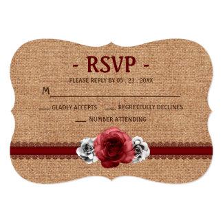 """Cordón rústico de la arpillera de los rosas rojos invitación 5"""" x 7"""""""