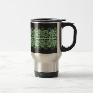 Cordón verde en colores pastel contra gris oscuro taza de viaje
