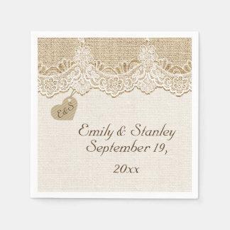 Cordón y corazón blancos en el boda rústico de la servilleta de papel