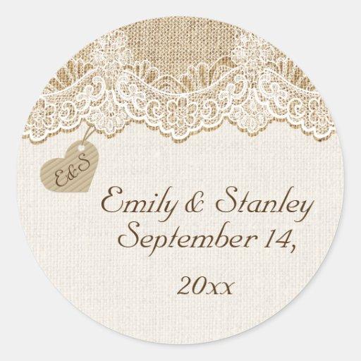 Cordón y corazón blancos en reserva del boda de la etiqueta redonda