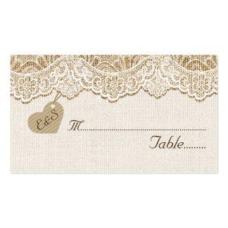 Cordón y corazón blancos en tarjeta del lugar del tarjetas de visita