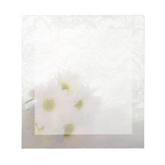 Cordón y margaritas que casan la libreta bloc de papel