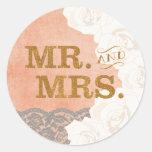 Cordón y rosas coralinos Sr. y señora Sticker del Pegatina Redonda