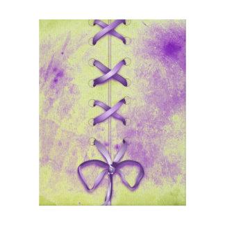 Cordones de zapato púrpuras impresiones en lona estiradas