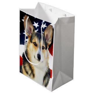 Corgi con la bandera americana bolsa de regalo mediana