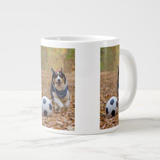 Corgi que juega a fútbol taza de café grande
