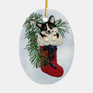 Corgi tricolor en el navidad que almacena el ornam adorno de navidad