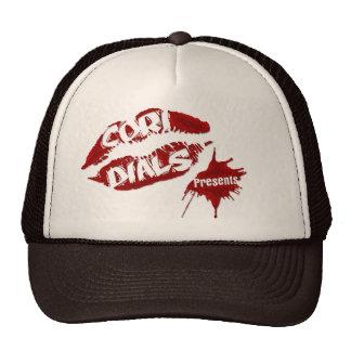 Cori marca el gorra del camionero de los presentes