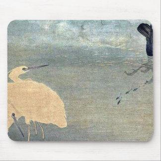 Cormorán y garza blanca por Kitagawa, Utamaro Alfombrillas De Ratones