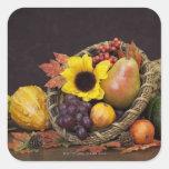 Cornucopia del otoño con las uvas, la pera y las calcomanía cuadradas personalizadas