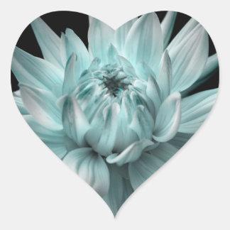 Corona azul de la dalia pegatina en forma de corazón