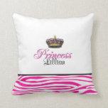 Corona de la princesa en rosas fuertes almohadas
