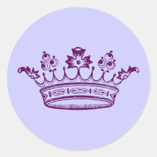 Corona de la púrpura real pegatina redonda