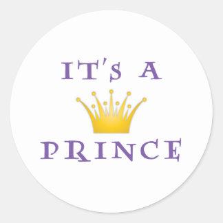 """Corona de oro """"es príncipe"""" con la fuente del mago pegatina redonda"""