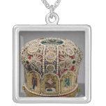 Corona del inglete fijada con las perlas y muy colgante cuadrado