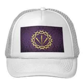 Corona del oro de espinas en fondo púrpura oscuro gorro de camionero