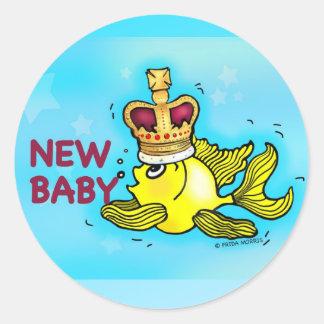 Corona que lleva del nuevo del bebé goldfish pegatina redonda