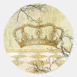 Corona real con las ramas pegatina redonda