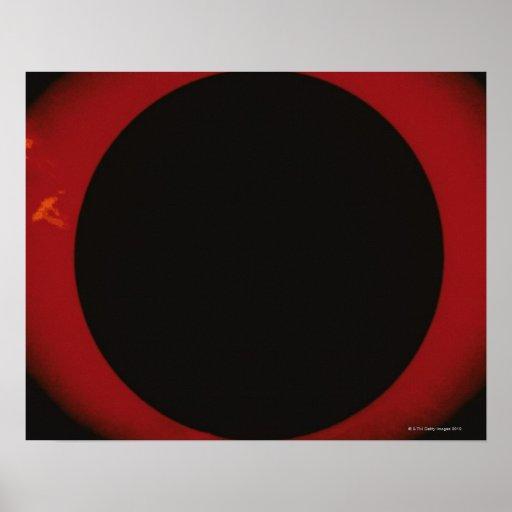 Corona roja que brilla intensamente póster