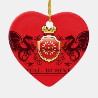 Corona y escudo de oro del escudo de armas con los adorno navideño de cerámica en forma de corazón