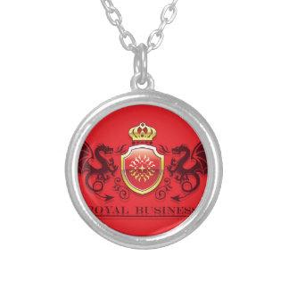 Corona y escudo de oro del escudo de armas con los colgante redondo