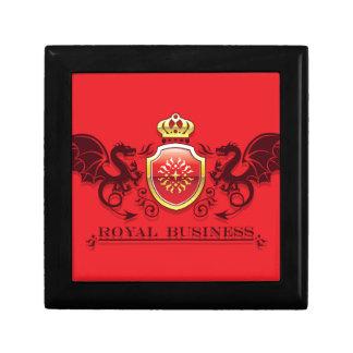 Corona y escudo de oro del escudo de armas con los joyero cuadrado pequeño