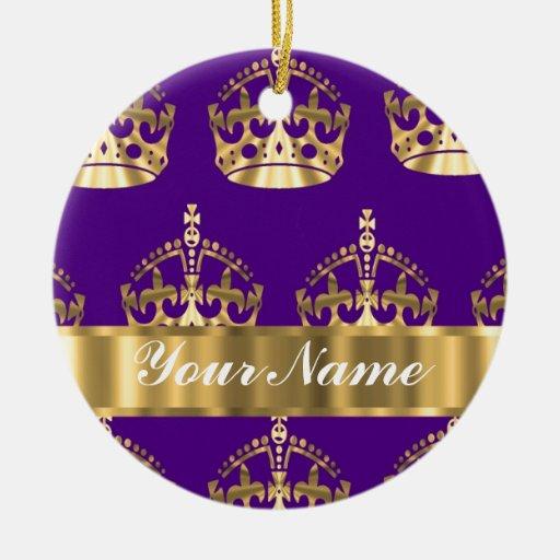Coronas del oro en púrpura adorno navideño redondo de cerámica