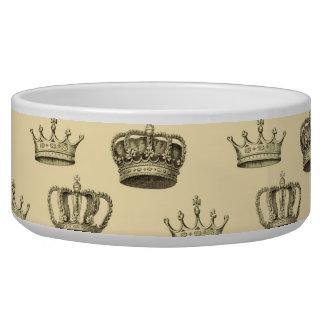 Coronas francesas en el oro comedero para mascota