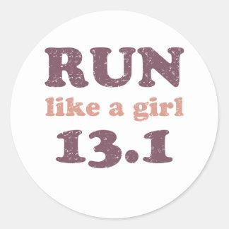 Corra como un chica 13,1 pegatinas redondas