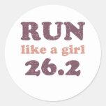 Corra como un chica 26,2 pegatina redonda
