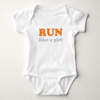Corra como un chica t-shirts