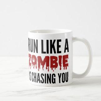 Corra como un zombi le está persiguiendo taza básica blanca