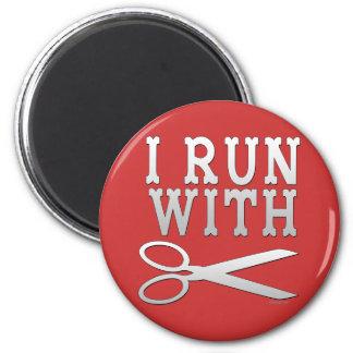 Corra con las tijeras iman de nevera